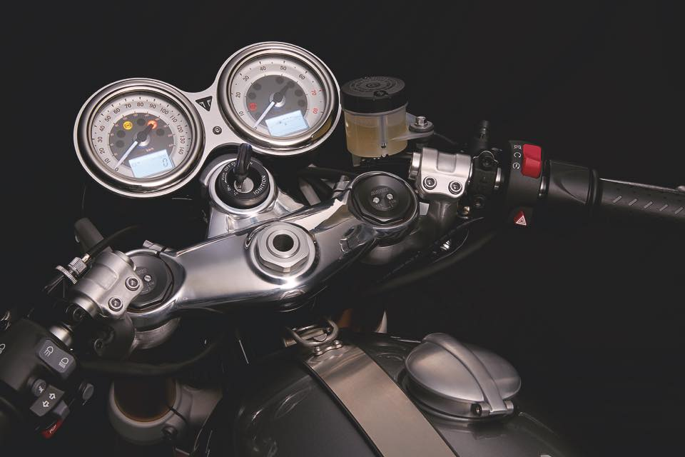 Thruxton_R_Detail_Handlebars_Clocks