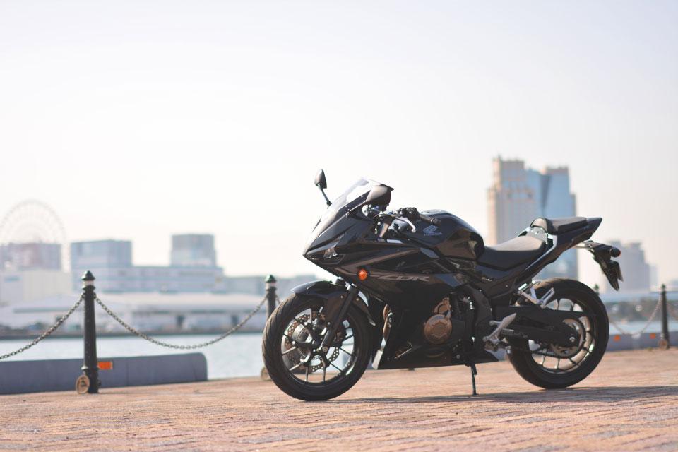 もう一台はフルカウルスポーツバイクのCBR400R。 第一印象はバイク感が強い、とのこと。