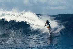 【夏到来】バイクでサーフィン!海の上を爆走するバイクが前代未聞すぎる