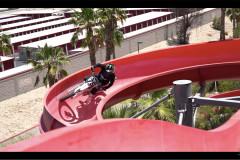ウォータースライダーをバイクで走る!誰もが一度は想像したあのシチュエーションが楽しそう