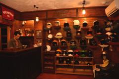 日本一小さいヘルメットメーカー?! TT&COはカジュアルなヘルメットが並ぶシビれる空間だった